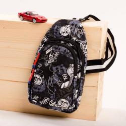 Chlapčenský vzorovaný crossbody batoh čierno biely