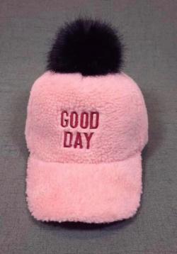 Ružová dievčenská šiltovka s čiernym brmbolcom
