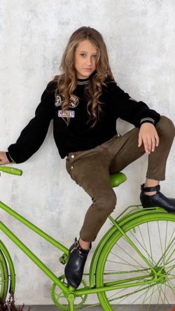 Dievčenský pulover s aplikáciu čierny