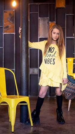 Dievčenské bavlnené šaty s asymetrickým volánom  XX 200 yellow